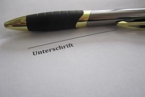 Unterlassungserklärung: Ein Muster aus dem Internet wird durch die Unterschriften rechtsgültig.